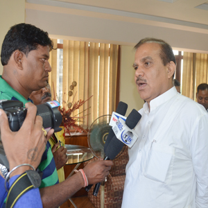 yADAV WITH MEDIA PERSONS
